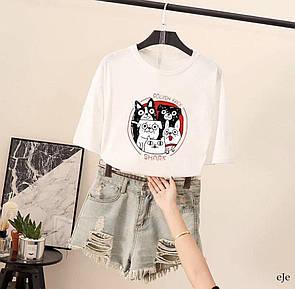 Белая женская футболка с мопсами