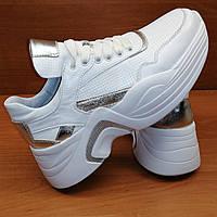 Модные и стильные кроссовки с серебряными вставками