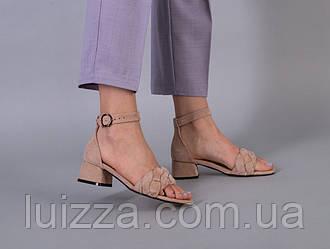 Босоножки женские велюровые бежевого цвета на каблуке