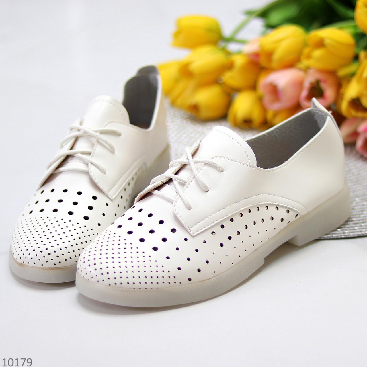 Лаконичные белые женские кожаные туфли с фигурной перфорацией