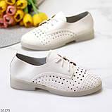 Лаконичные белые женские кожаные туфли с фигурной перфорацией, фото 2