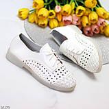 Лаконичные белые женские кожаные туфли с фигурной перфорацией, фото 3