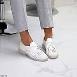 Лаконичные белые женские кожаные туфли с фигурной перфорацией, фото 7