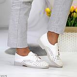 Лаконичные белые женские кожаные туфли с фигурной перфорацией, фото 9