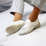 Лаконичные белые женские кожаные туфли с фигурной перфорацией, фото 10