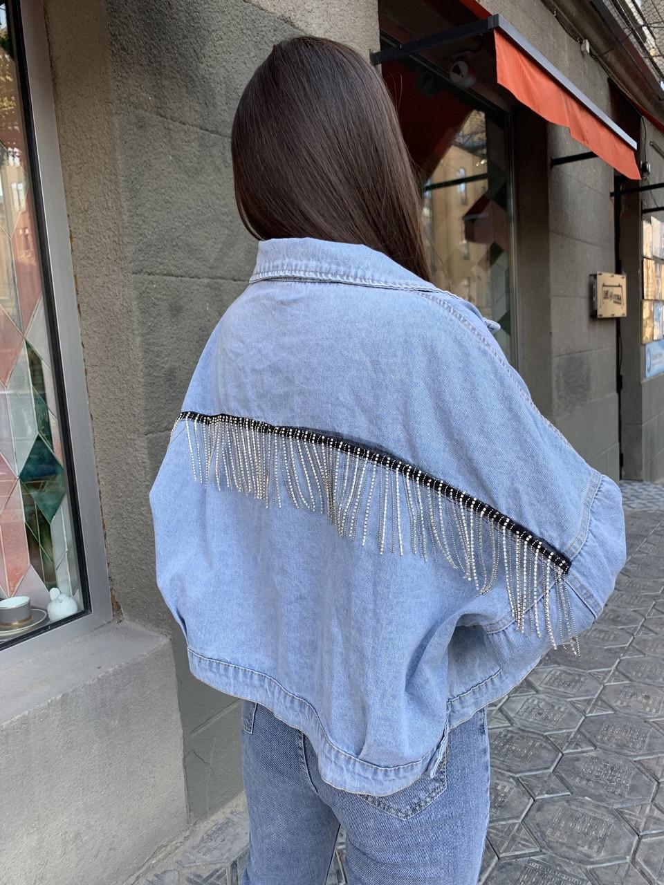 Крутая джинсовая куртка с цепочкой на спине