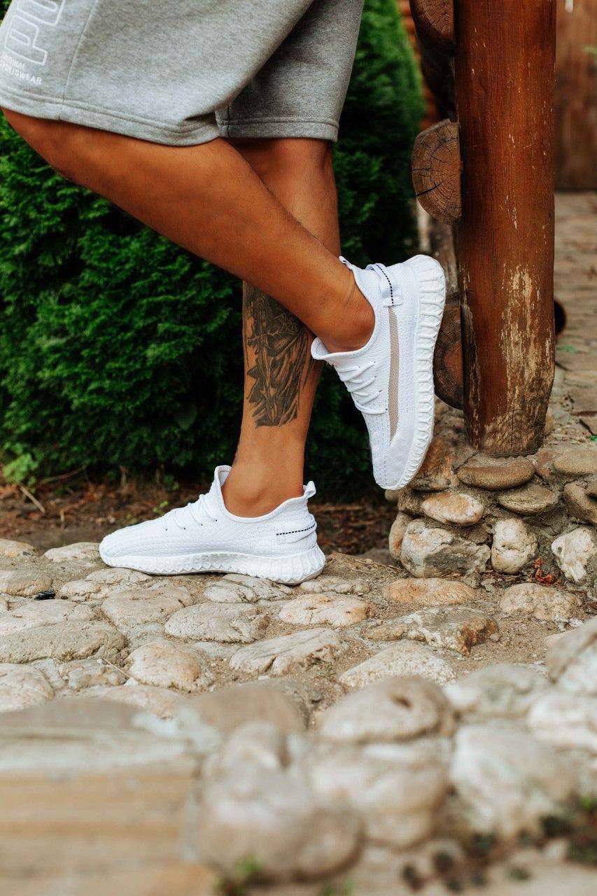 Чоловічі білі кросівки изики