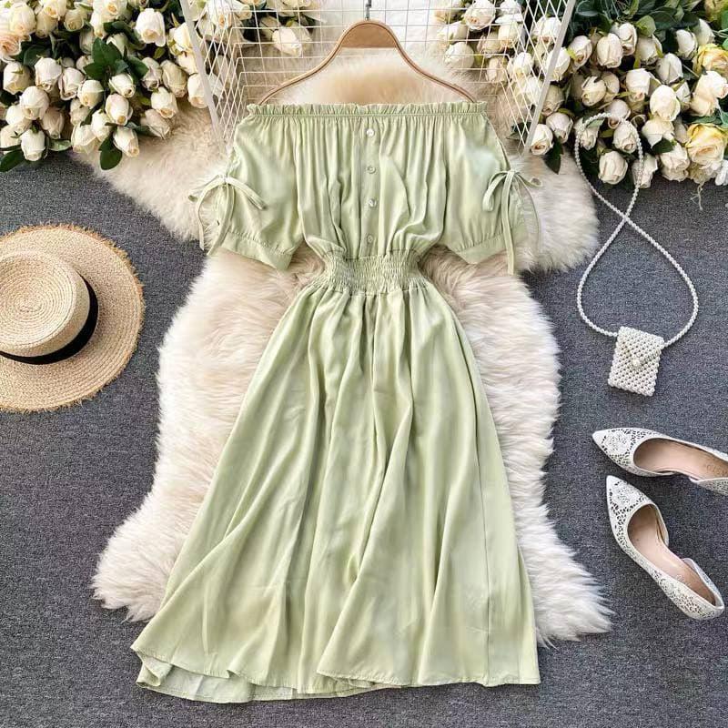 Женское платье со спущенными плечиками в оливковом цвете