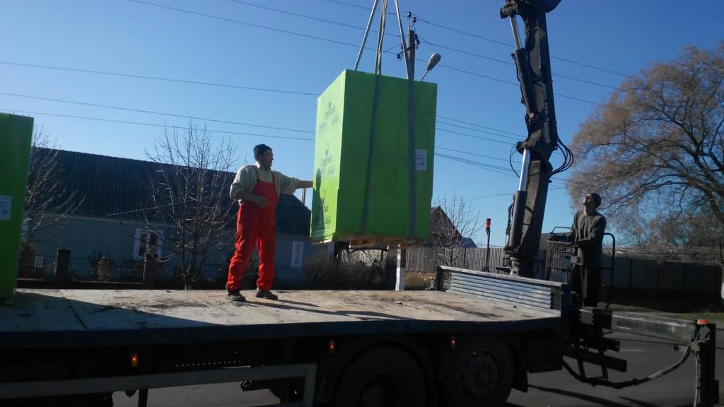 Выгрузка манипулятором контейнера с газобетоном -1