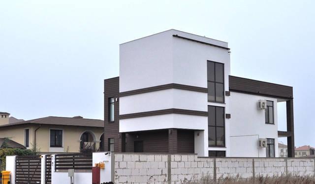 Реализован проект фасада из древесно-полимерного композита и декоративной штукатурки в Совиньоне 2