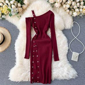 Женское трикотажное платье с открытым плечом в бордовом цвете