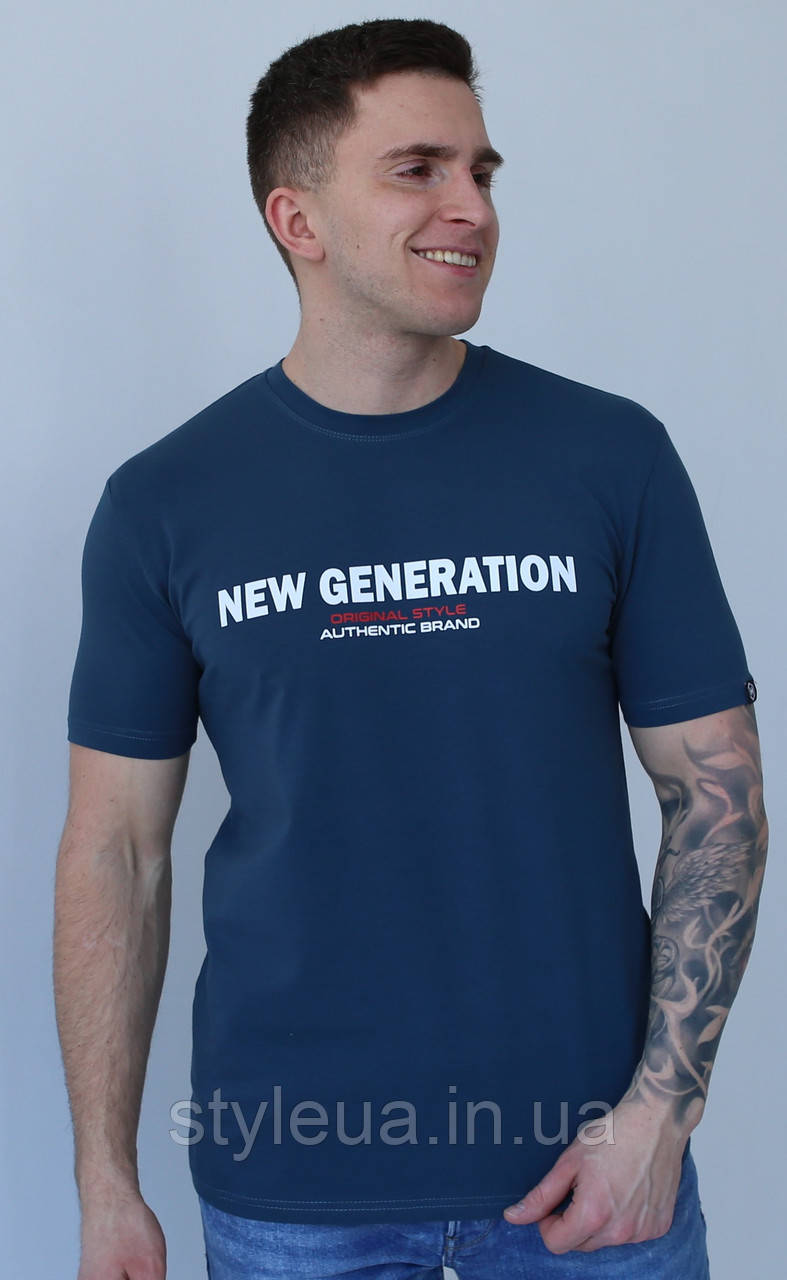 Чоловіча темно-синя бавовняна футболка з написом на грудях з круглою горловиною і коротким рукавом