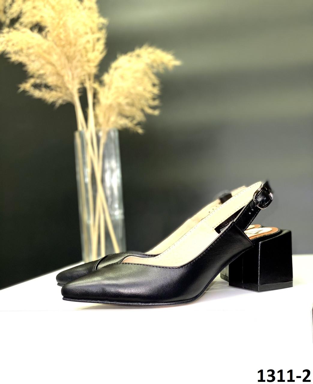 Босоніжки жіночі шкіряні чорні закритий гострий носочок з відкритою п'ятою на квадратному каблуці