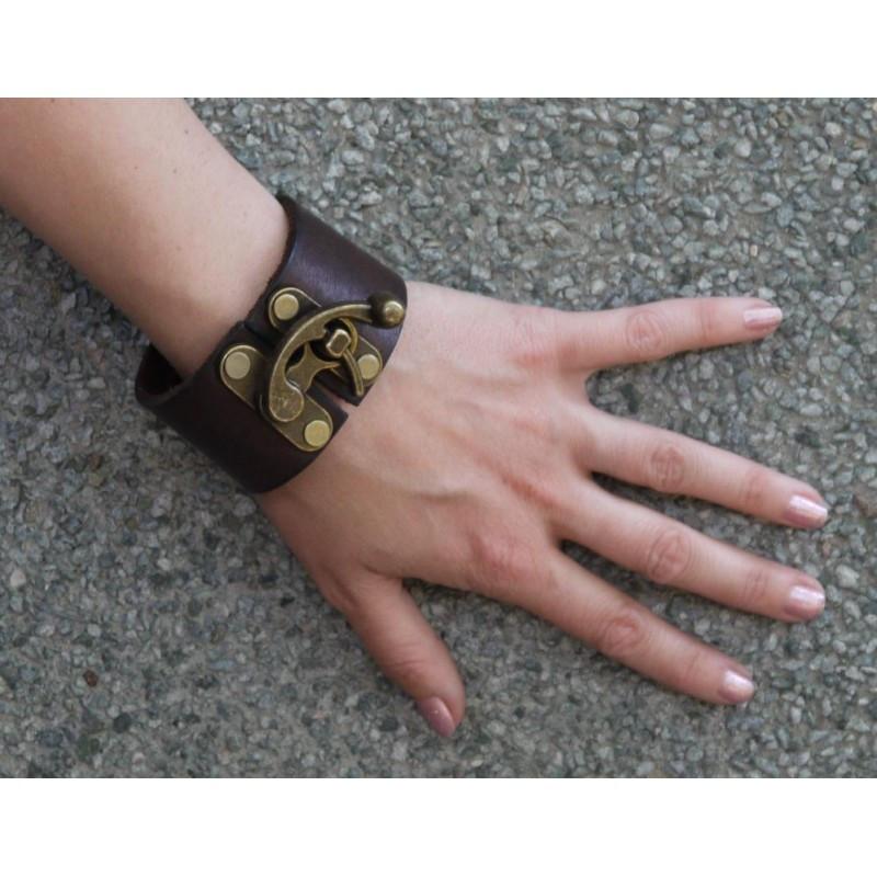 Мужской стильный браслет из натуральной толстой кожи закрывается на винтажный замок