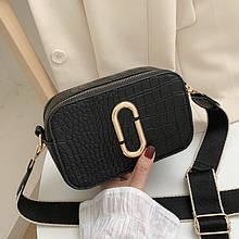 Женская прямоугольная сумка на ремешке рептилия черная