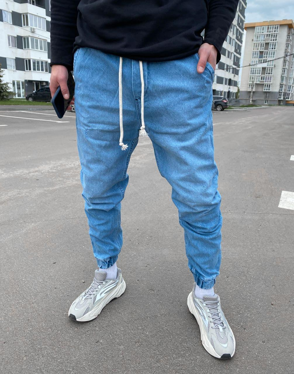 Мужские джинсы синего цвета под манжет