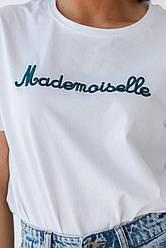 Белая базовая однотонная футболка с минималистической надписью в размерах S, M, L, XL.