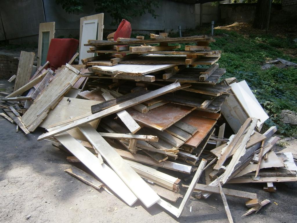Битый кафель, кирпичи и весь хлам уехали на свалку, а всё деревянное было вывезено к заказчику для отопления в зимнее время хозяйственных построек. Вся работа заняла ОДИН день.