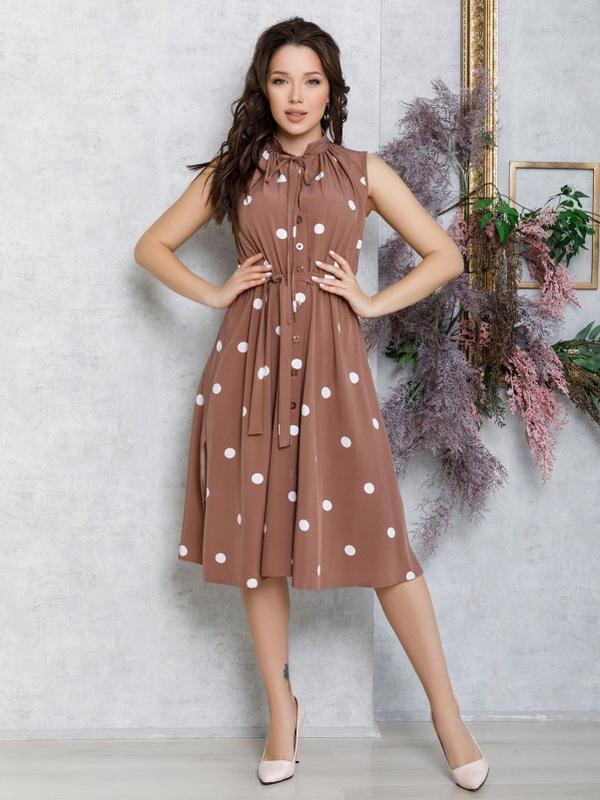Коричневое в горошек платье без рукавов с вырезом на горловине