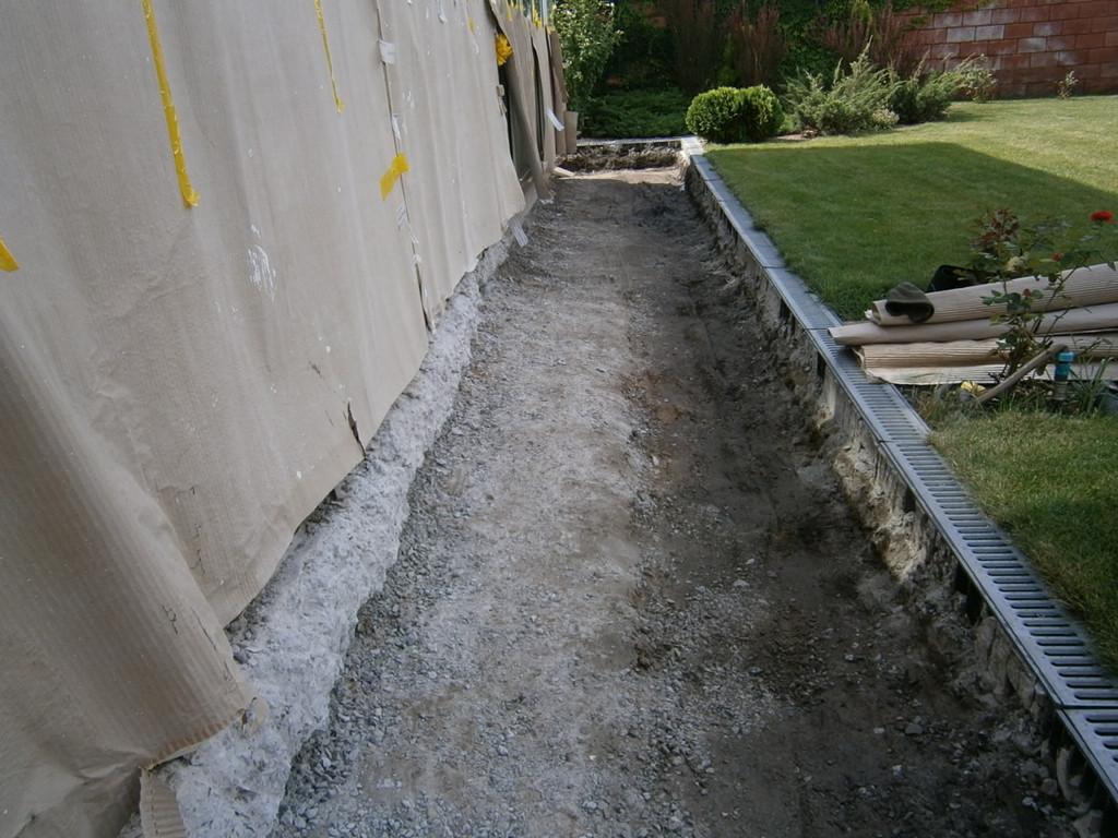 Ещё одна серия из трёх снимков. Район пр. Гагарина. Демонтаж отбойным молотком бетонной двухслойной отмостки, армированной кладочной сеткой. Общая толщина слоёв - около 250 мм. Всего 20 кв.м. плюс бетонная ступенька (3.6 м).