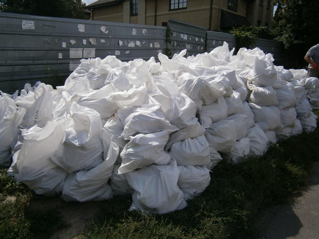 Весь мусор (бетон) упаковывался  в мешки и выносился на улицу (около 70 м).