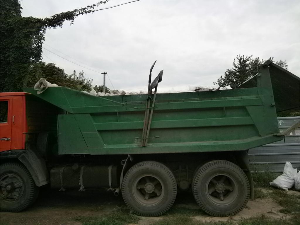 Работа заняла три дня. Её окончание ознаменовал приезд КамАЗа и загрузка оного мусором. Каждый день вечером после себя всё убирали и подметали.