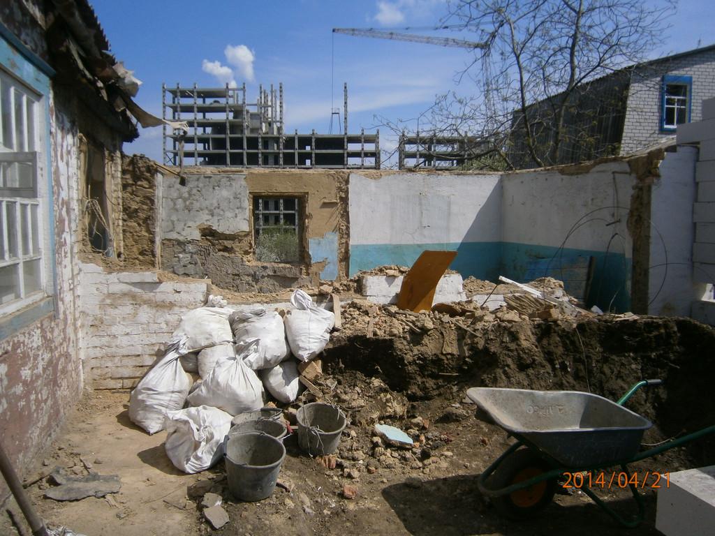 Демонтаж добротной глинобитной пристройки (район Победы). Снятие крыши, затем перекрытия, потом стены (около 400 мм) и деревянные полы. Чтобы не захламлять строительную площадку, мусор сразу вывозился (четыре КамАЗа).  Продолжительность - три дня.