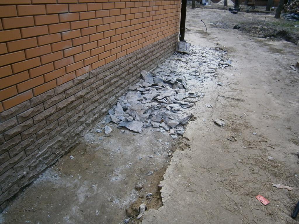 Пос. Кировское. Демонтаж старой бетонной отмостки перед устройством новой.