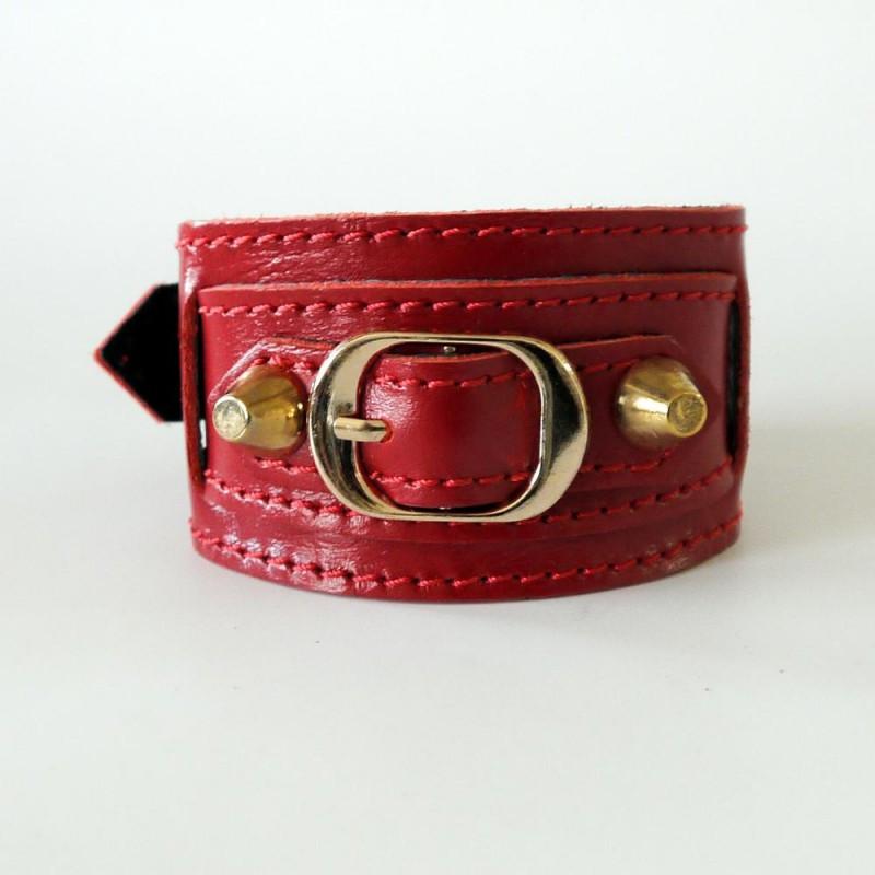 Женский стильный браслет-манжета из натуральной кожи закрывается на застежку