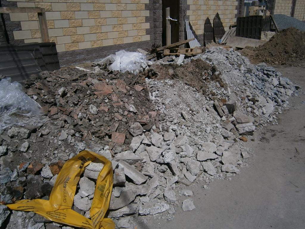Пос. Подгороднее. Демонтаж старых бетонных дорожек и перепланировка двора. Общий объём демонтированного бетона и подсыпки - около 18 куб.м.