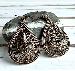 Серьги латунные в форме капли с растительным орнаментом скань