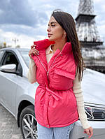Жіноча стильна жилетка на синтепоні з накладними кишенями, фото 1