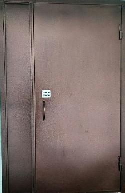 Двері в під'їзд з кодовим замком