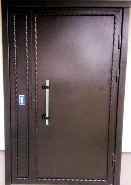 Двері у під'їзд з електромагнітним замком