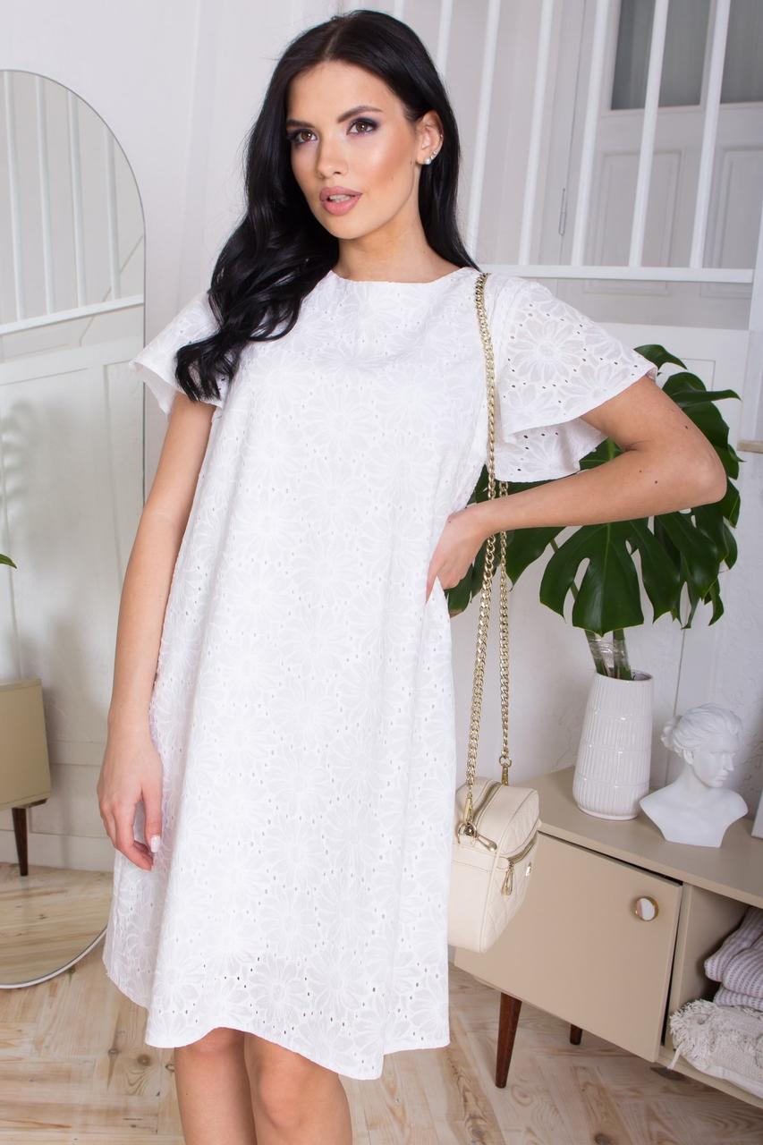 Легку бавовняну сукню трапецієподібного силуету, в романтичному стилі. Білого кольору з квітковим візерунком.
