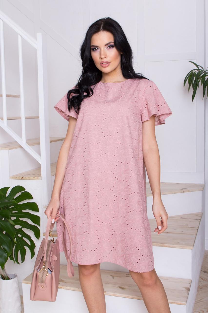 Легку бавовняну сукню трапецієподібного силуету, в романтичному стилі. Рожевого кольору з квітковим візерунком.
