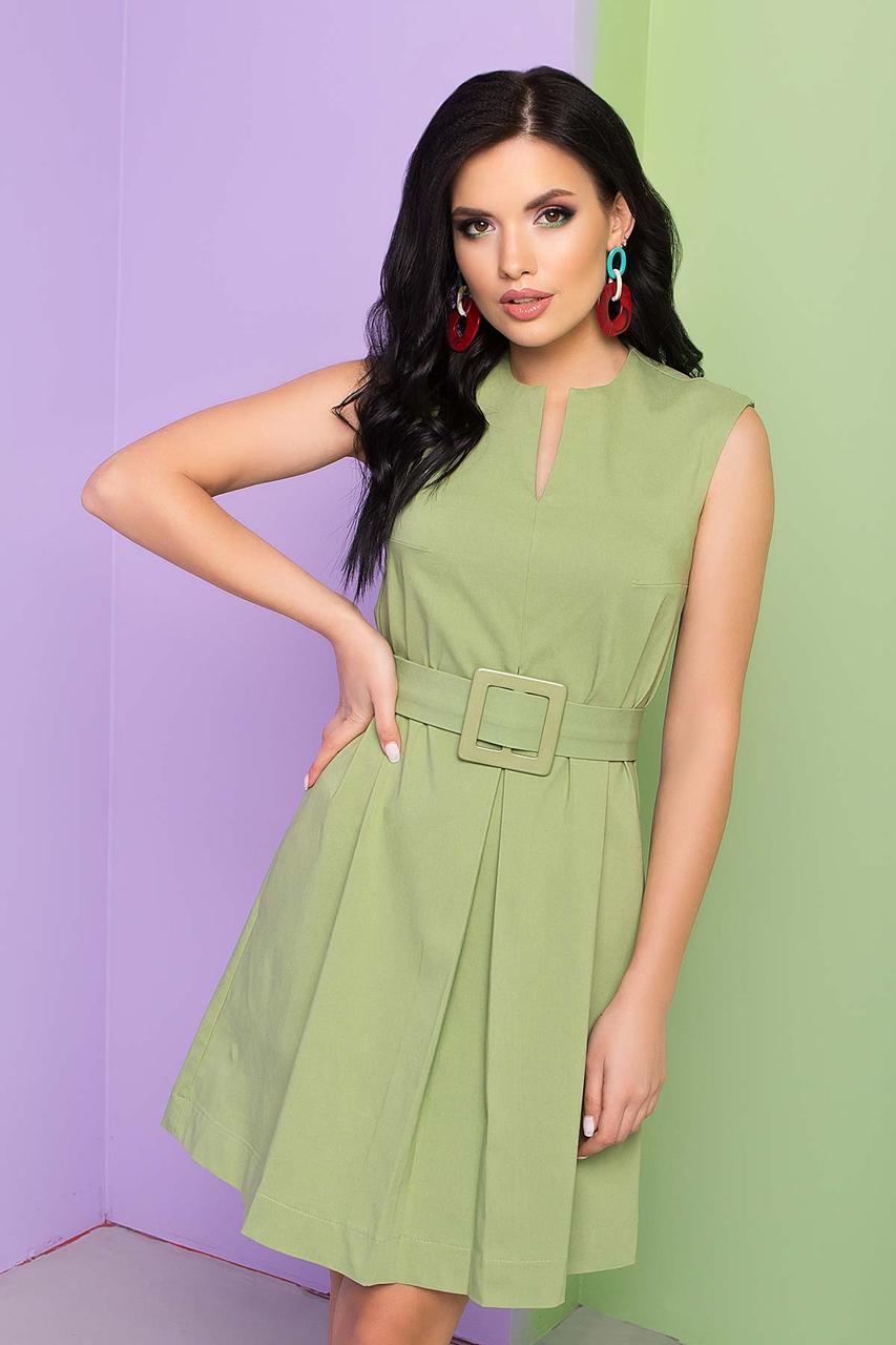 Легке бавовняне плаття А-силуету без рукава, до середини стегна, в комплекті пояс з пряжкою. Зелений