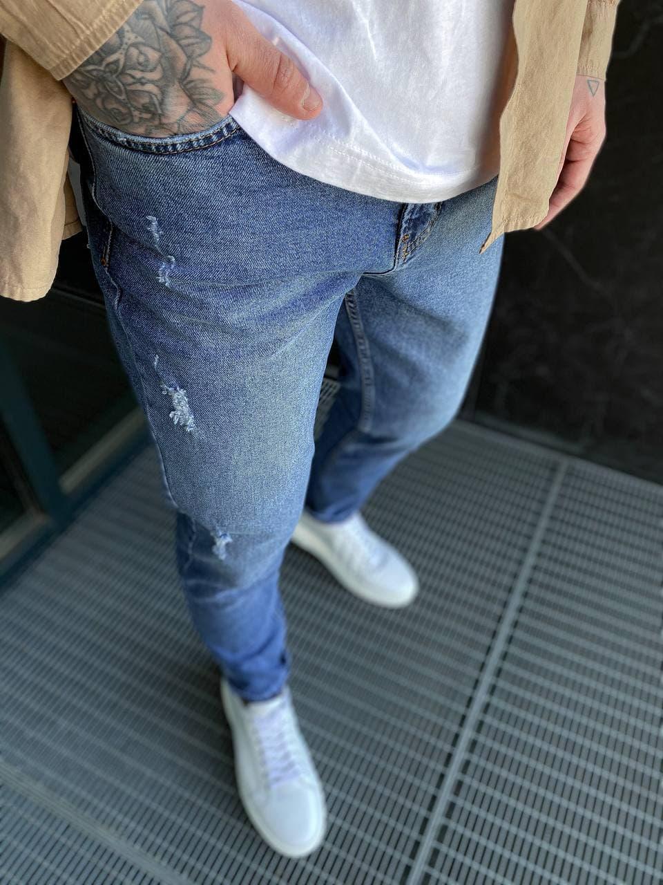 Мужские джинсы прямые МОМ синего цвета с потертостями