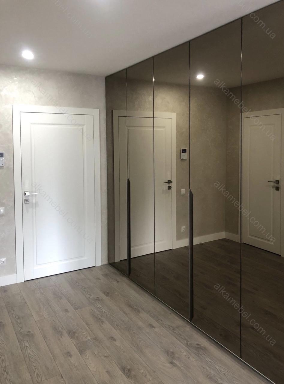 Шкаф распашной в прихожую с зеркальными дверями в профиле с черной рамкой