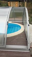 При низкой высоте павильона правильное размещение двери-купе позволяет бесприпятственно заходить в бассейн и купаться в нем при закрытой конструкции