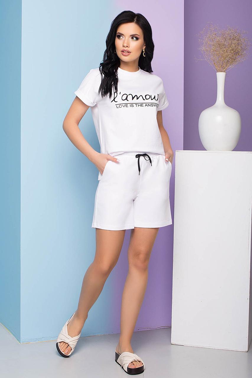 Трикотажный летний костюм-двойка, шорты и футболка, прямого силуэта. Белого цвета