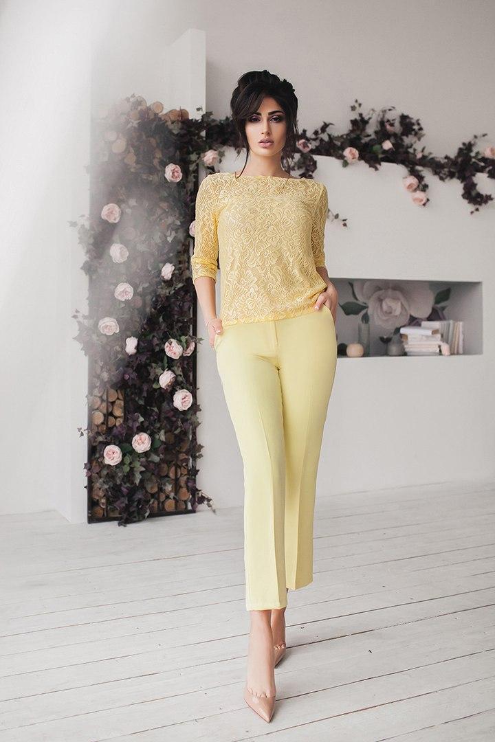 Брючний костюм з гіпюрової блузою жовтий