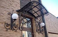 Металлический навес над входом в дом