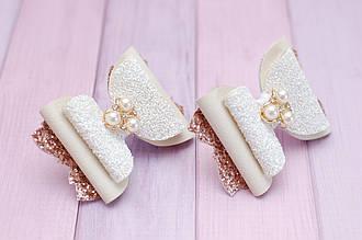 Бантики для волос на резинке детские из экокожи молочно-золотые украшение подарок для девочки