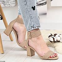Плетеные женские босоножки на широком каблуке бежевые