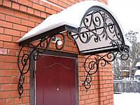 Навес к дому с металлическими столбами