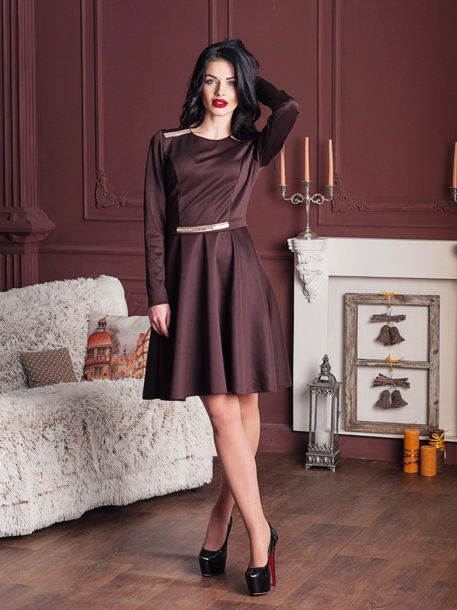 Красивое женское платье со стразами
