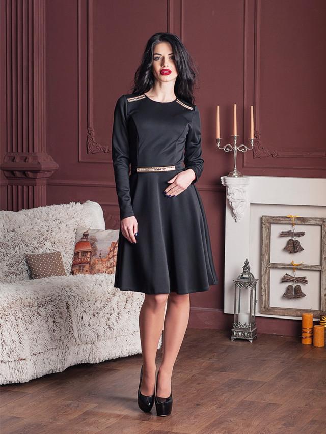 стильное коктейльное молодежное платье с аппликацией из камней