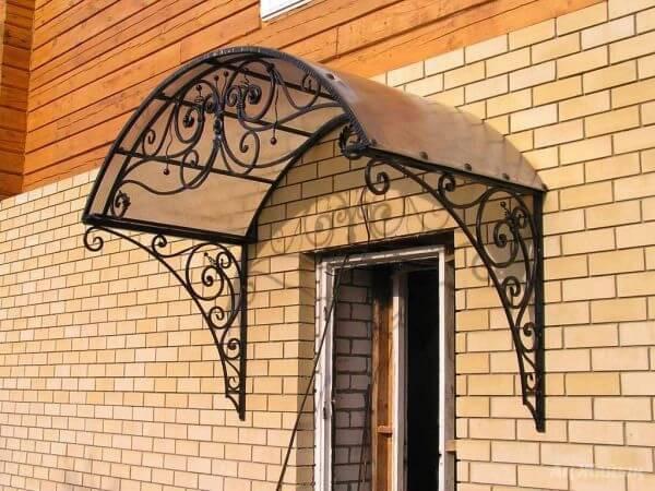 Козырьки на металлическими воротами