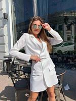 Женский костюм с укороченным пиджаком белый